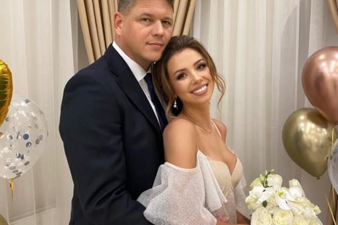 Дама з Уханю вийшла заміж. Голова Держміграційної служби став її чоловіком