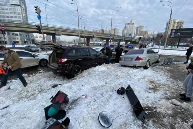Поліцейська погоня за п'яним водієм скінчилась ДТП з потерпілими: збито двох пішоходів та пошкоджено автомобіль з дитиною
