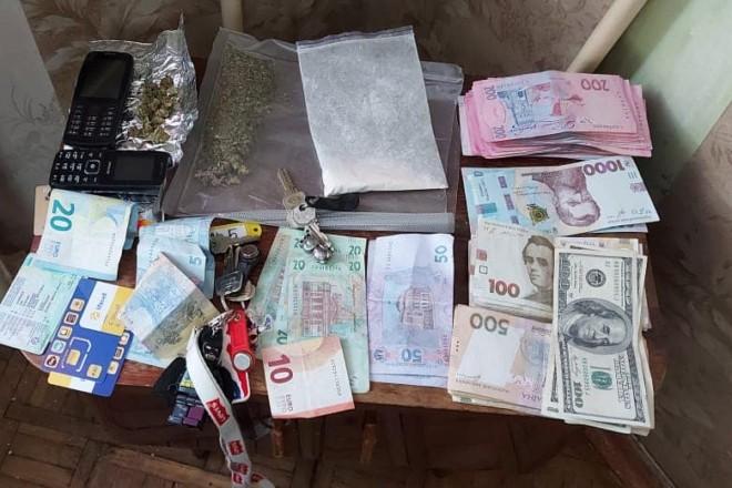 Щоб викрити наркодилерів, правоохоронці робили у них закупи. Трьох ділків судитимуть