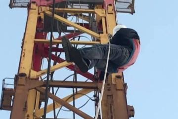 Важкий випадок: у столиці сильні судоми скували баштовика просто у кабіні крану