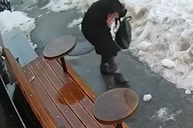Знехтувала загородженням та попала під брилу льоду – відео травмування жінки на Прорізній