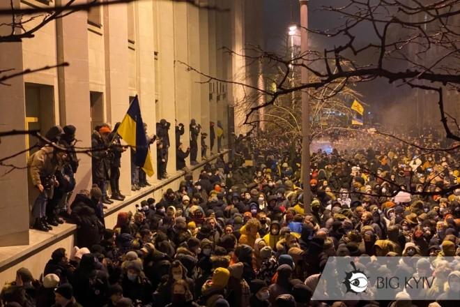 Нацполіція звітує про 17 затриманих на Банковій під час акції протесту