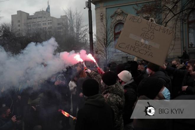 """""""Відставка"""": мітингарі закидали Генпрокуратуру димовими шашками (ФОТО, ВІДЕО)"""
