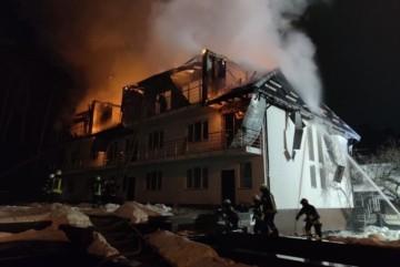 У Києві на ДВРЗ згорів недобудований котедж (фото)
