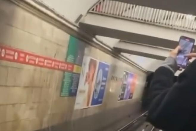 В метро Києва чоловік впав на колію. Замість допомоги люди знімали на телефони (ВІДЕО)