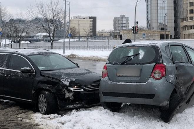 """ДТП на Дарниці: автівки виїхали на острівець безпеки та """"похилили"""" стовпа (ВІДЕО)"""