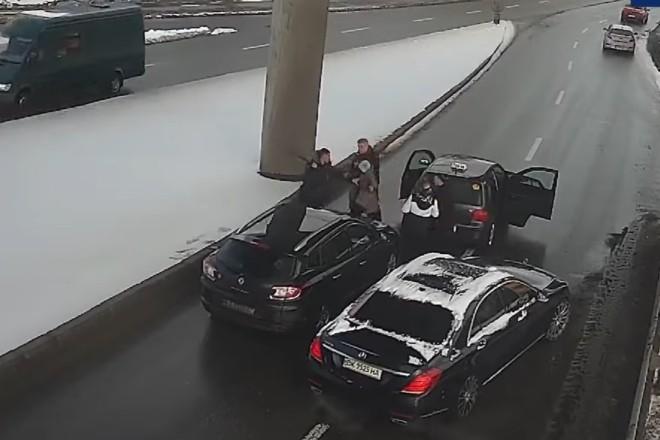 Бились серед дороги палицями та кулаками – ДТП на мосту Метро