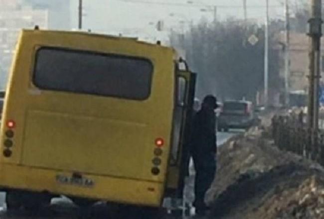 У годину пік, на ходу: столична маршрутка лишилась без колеса посеред дороги (ФОТО)