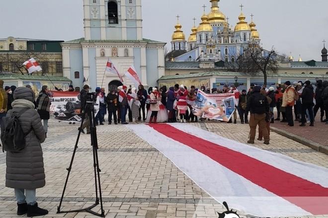 День солідарності з Білоруссю: у центрі Києва розгорнули велетенський прапор (ФОТО)