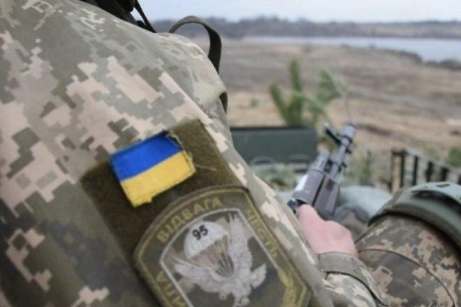 Наших воїнів штрафують за вогонь у відповідь на провокації РФ – Порошенко