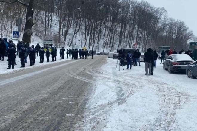 Мітинг та ДТП: рух по Парковій дорозі обмежено