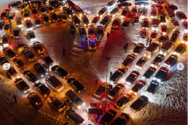 """Серце в дві сотні автомобільних фар: столичні автомобілісти """"стали"""" у гігантську валентинку"""