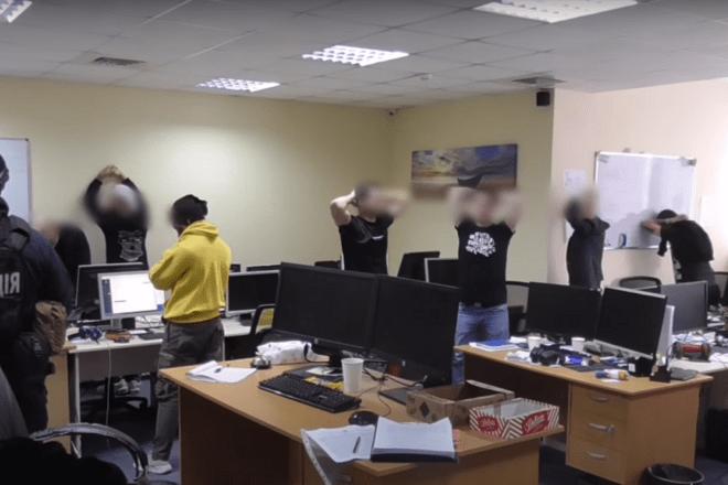 Обдурили понад 500 клієнтів: поліція викрила шахрайську схему онлайн-інвестицій (ВІДЕО)
