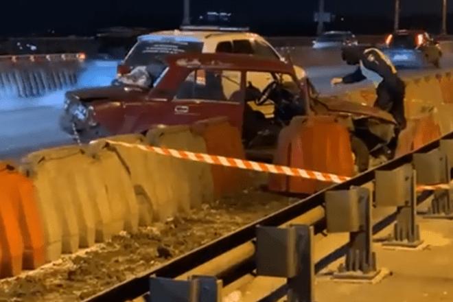 """ДТП на мосту Патона: """"Жигулі"""" – в хлам, п'яний водій не вижив (ФОТО)"""