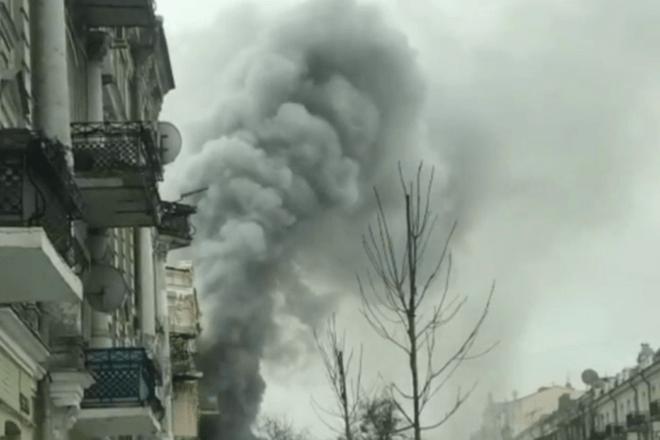 Стовпи диму: у центрі Києва спалахнула пожежа (ВІДЕО)