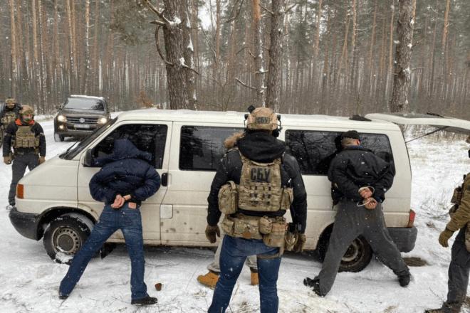 """На Київщині затримали """"продавців смерті"""": скільки хотіли за АКС-74У та гранатомет"""