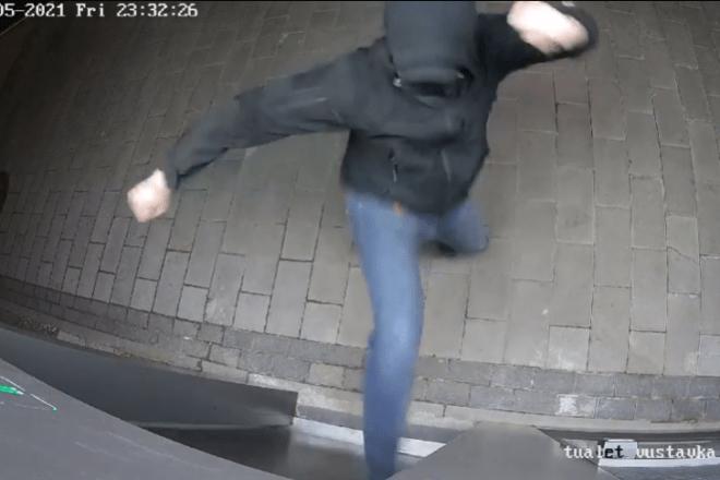 Нетримання довело? Вандал вибив ногою двері євротуалету на Контрактовій