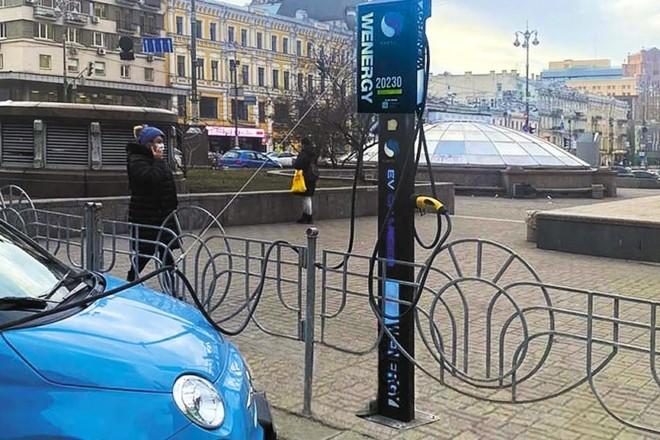 У Києві відкриють півсотні зарядних станцій для електрокарів. Одна вже працює на Бессарабці