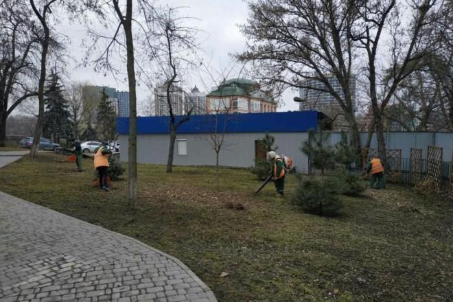 У скверах і парках стартувало весняне прибирання. А от з толоками доведеться зачекати