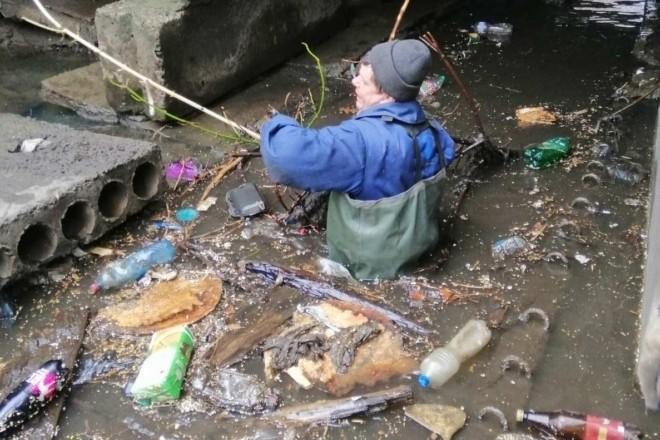 На Солом'янці екологічна катастрофа: горами сміття завалили Либідь (ВІДЕО)