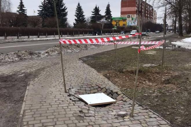 Як пороблено. На Київщині провалився тротуар