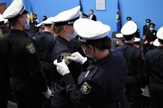 У Авакова випускний: жетони поліцейських у столиці сьогодні отримали 135 новачків