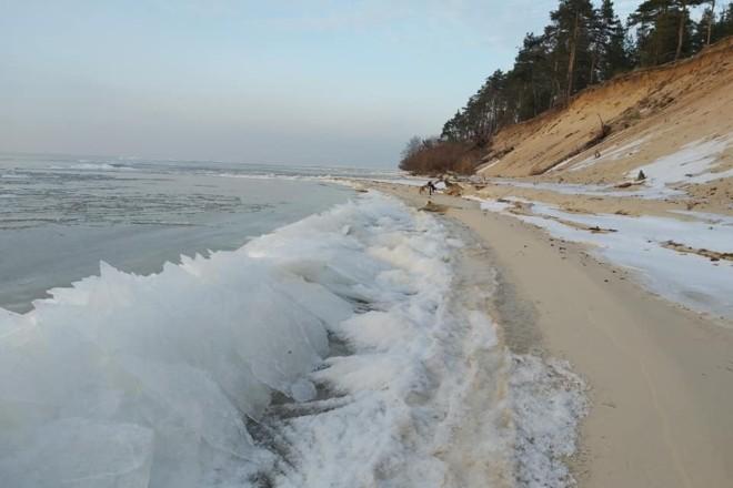 Сонце, крига та пісок: феєричні фото Київського моря взимку