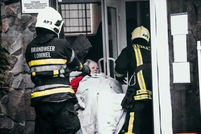 Рятувальники ліквідували пожежу в будинку для літніх людей – емоційні фото