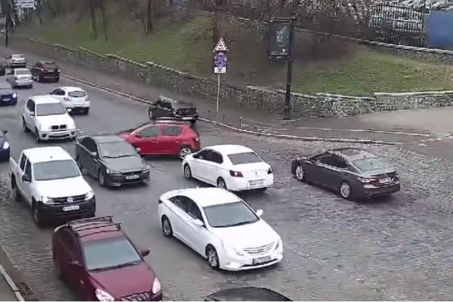 Ланцюгова реакція? На Володимирському узвозі трапилися дві дивні аварії (ВІДЕО)