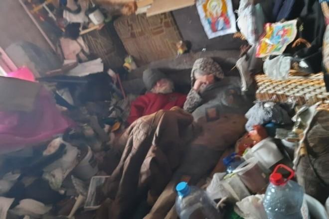 """У Києві """"воюють"""" з чоловіком, який стягнув у квартиру тонни вуличного сміття: йому – по цимбалах (ФОТО)"""