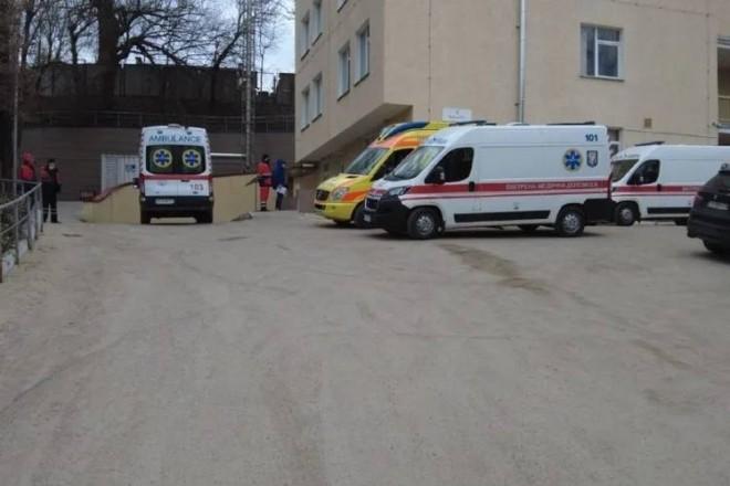 """Біля Олександрівської лікарні пробка """"швидких"""" із хворими на COVID-19"""