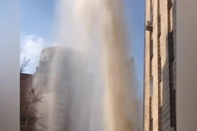 Височенний фонтан на Печерську – в будинки повернули тепло
