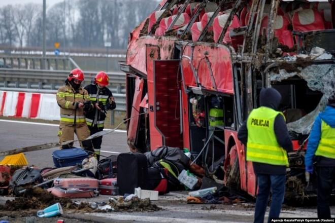 Трагічний рейс: з'явилися фото з місця аварії автобуса в Польщі