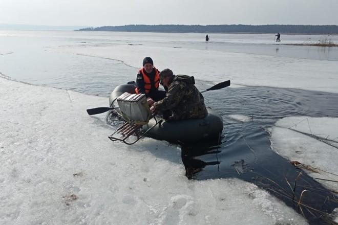 На Київщині шість рибалок ледь не відправилися в подорож Дніпром. На крижині