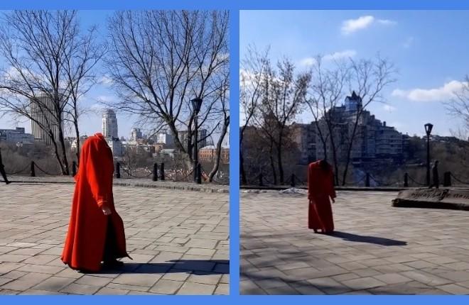 Відео дня. На Пейзажній алеї гуляла людина без голови