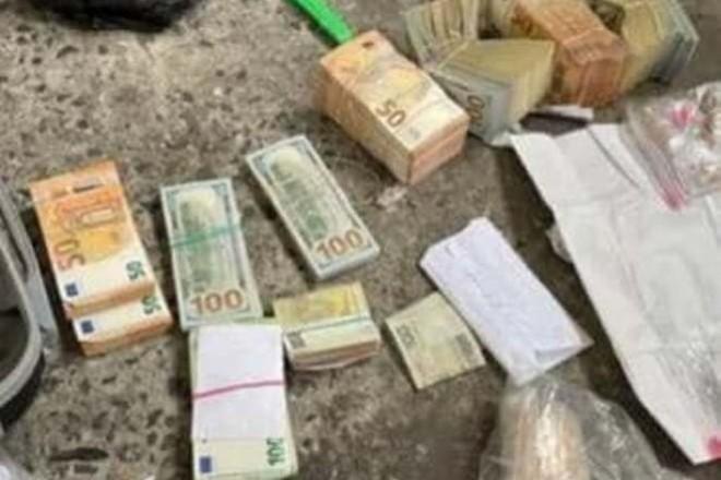 """""""Кричущий випадок"""": Українські дипломати везли валюту, золото, цигарки"""
