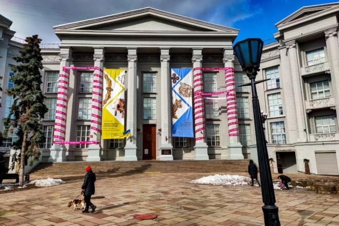 Колони музею історії України обмотали маджентовою стрічкою – причина
