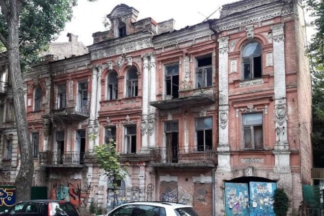 """Буде нова висотка? Біля історичного будинку на Тургенєвській """"виріс"""" зелений паркан і з'явилась техніка"""