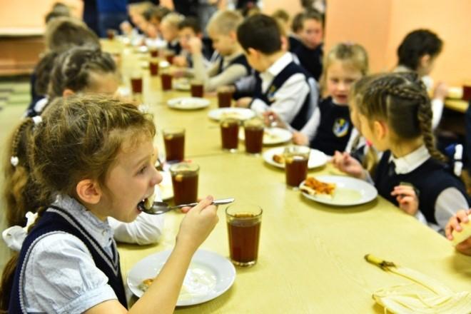 Без солі, але зі спеціями. Стало відомо, чим годуватимуть маленьких киян у школах