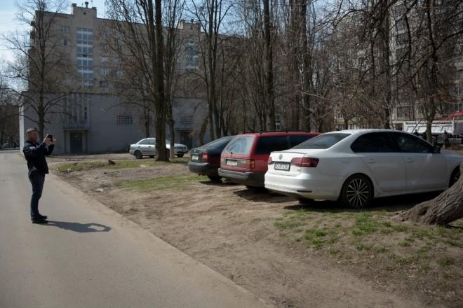 Не піддавайтеся спокусі припаркуватися на газоні: інспектори пройшлися дворами і понавиписували штрафів (ФОТО)