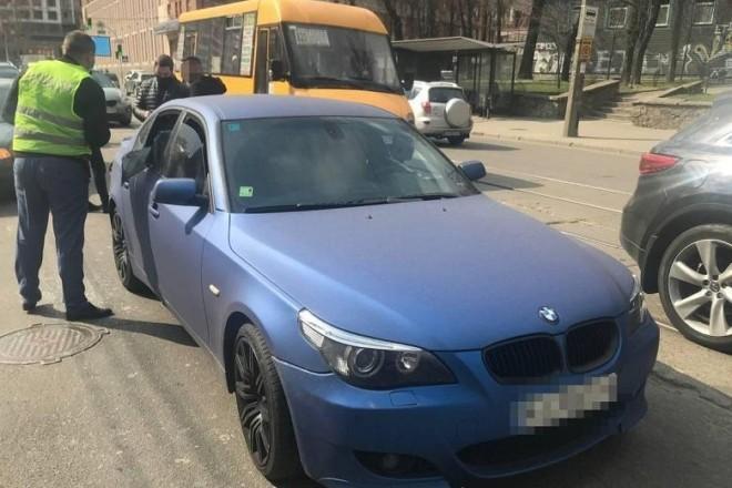 На Глибочицькій в BMW розбили вікно та вкрали сумку. Введена спецоперація