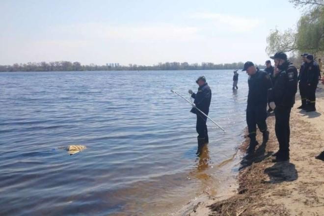 На Оболонській набережній із водойми дістали тіло чоловіка