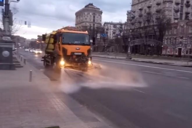 На дорогах Києва триває генеральне прибирання. З шампунем і пилососами
