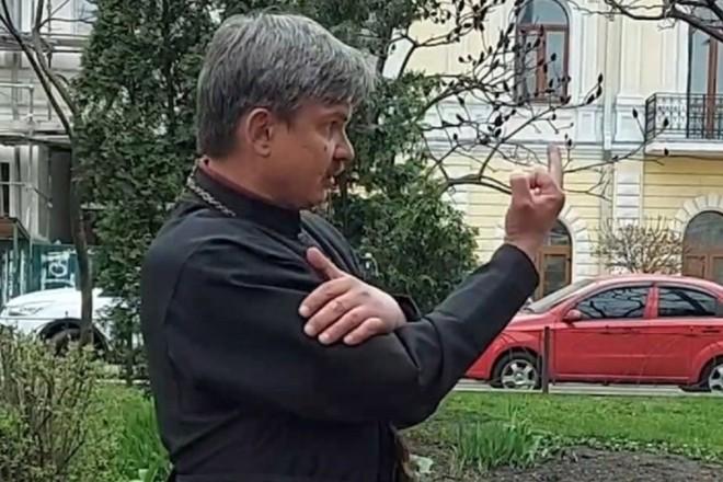"""Священник з """"ніякого патріархату"""" матюкався і тикав киянам середній палець (ВІДЕО)"""