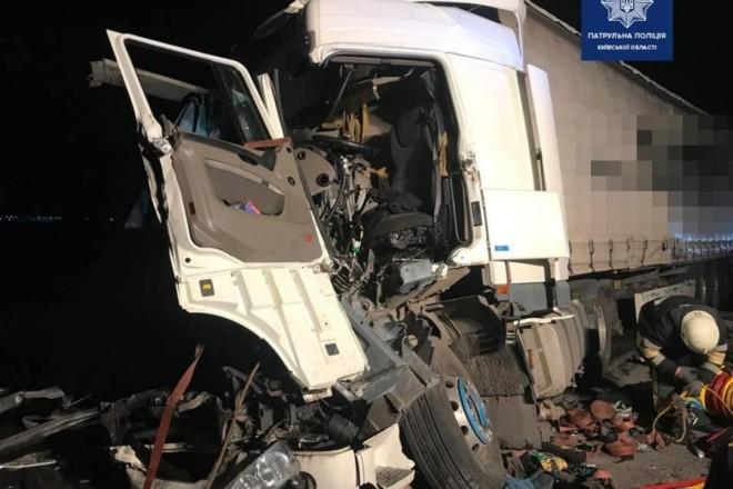 Місиво замість кабін. На Київщині зіткнулись три вантажівки (ФОТО)