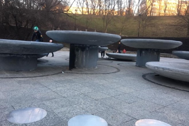 У столичному парку руйнується фонтан, який ще навіть не встигли підключити