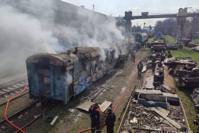 Прямо на колії. У Києві вщент вигорів вагон поїзда (ФОТО)