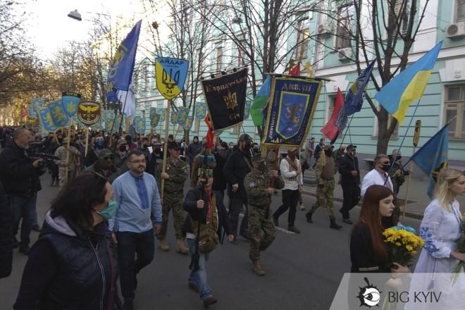 Чхати на локдаун. У Києві пройшов Марш вишиванок (насправді, не зовсім) – ФОТО