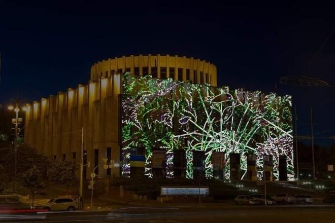 """""""Темний рай"""": на фасаді Українського дому відбудеться світловий перформанс"""