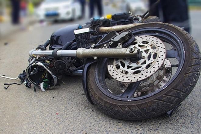 Завтикав. Мотоцикліст так сварився з автоводієм, що в'їхав у машину попереду (ВІДЕО)